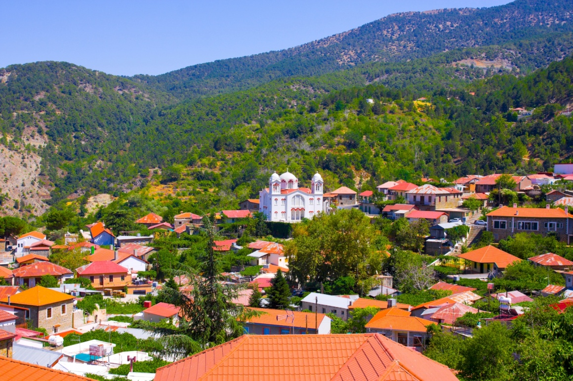 'Mountain Village Pedoulas, Cyprus. View over roofs of houses, mountains and Big church of Holy Cross. Village is one of most picturesque villages of Troodos mountain range ' - Zypern